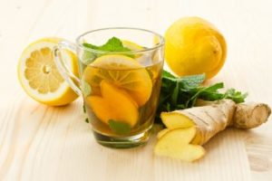 Tee mit Zitrone und Ingwer