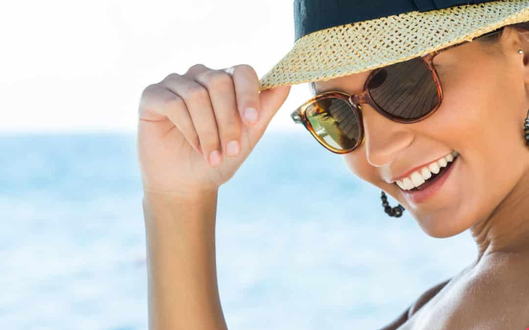Mit Sonnenbrille und Sonnenhut die Haut und Augen vor Sonne schützen.